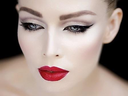 сделать макияж