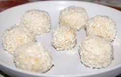 Домашние конфеты из творога, песочного печенья и кокосовой стружки