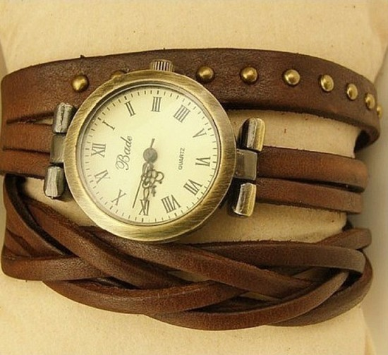 Ремешков для часов может быть множество: кожаный, силиконовый или кожаная ниточка, сатин или браслет
