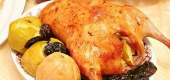 Курица тушеная с яблоками и черносливом в соевом соусе