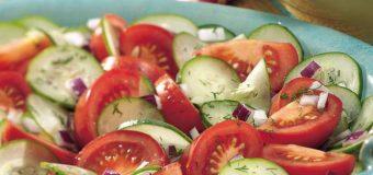 Диетолог объяснила, можно ли совмещать огурцы с помидорами
