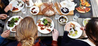 Медики объяснили, почему ужин с друзьями способствует похудению