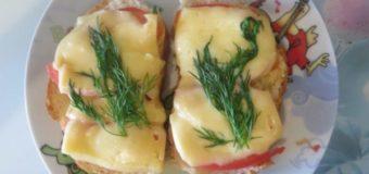 Бутерброды с сыром и помидором