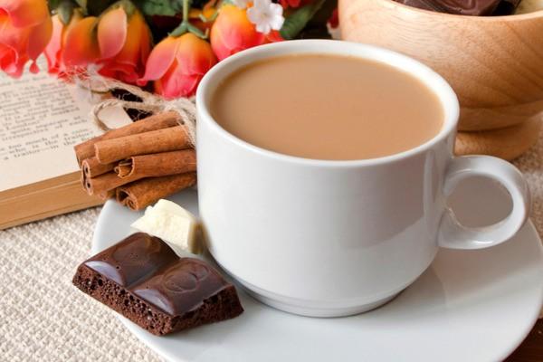 молочный кофе в чашках
